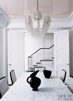 Is there anything more glam than a super-glossy ballerina-pink ceiling above your dining table? It's dramatic yet super subtle all at once.