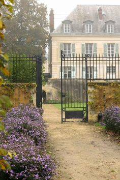At versailles century france & french society дом, архи French Cottage, French Country House, Beautiful Homes, Beautiful Places, Chateau Versailles, English Manor, French Chateau, French Villa, French Countryside
