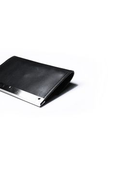 gegenüber Unter metal mold card case in cow leather with nickel pillar and YKK zipper color : black material : 100% cow leather submaterial : nickel measures : H 8cm  W 10.5cm