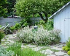allée de jardin avec dalles et gravier