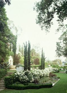 Love this garden/ landscaping. Italian Cypress are my favorite! Tuscan Garden, Italian Garden, European Garden, Formal Gardens, Outdoor Gardens, Outdoor Sheds, Outdoor Spaces, White Gardens, My Secret Garden