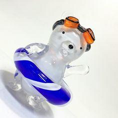 シロクマが浮き輪とゴーグルをして海水浴を楽しんでいます。腕を上げてレッツゴー!ガラスのオブジェです。ソリッドワークと呼ばれるガラスの技法を用いて制作しています...