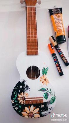 Ukulele Drawing, Arte Do Ukulele, Pink Ukulele, Guitar Art Diy, Acoustic Guitar Art, Guitar Painting, Ukelele Painted, Painted Guitars, Ukulele Design