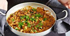 Nyhtökaura maistuu myös stroganoffina! Pehmeä kerma, maukkaat sienet ja kuiva valkoviini tuovat tähän kasvissyöjän herkkuruokaan täyteläisyyttä. Huom! Maistuu takuulla myös lihansyöjille. Vegetable Recipes, Vegetarian Recipes, Side Dishes, Curry, Pasta, Vegetables, Ethnic Recipes, Vegan Food, Life