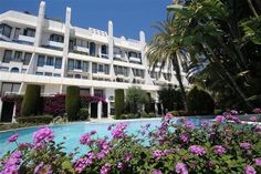 Stand Inmobiliario Marbella Real Estate - 2 bedroom #Penthouse for sale in #MARBELLA  #Penthouse duplex in one of the most central areas of Marbella, facing the Plaza del Mar shopping center. Fully furnished, 2 bedrooms, living room, 2 bathrooms en suite, fully equipped kitchen, marble floors, parking and storage. The community offers beautiful  #gardens,  #swimming pool and a communal  #gym with 2  #squash courts and security 24hr…