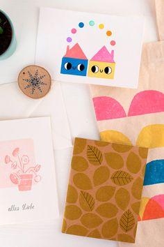 Mit diesem Set könnt ihr Stempel mit eurem eigenen Design schnitzen, die ihr für eine Vielfalt an Applikationen verwenden könnt. Eure Stempel könnt ihr zum Beispiel auf Grußkarten drucken, auf euren Bullet Journal, oder auf personalisierte Geschenksanhänger, die euren Beschenkten eine Freude machen werden. Material, Bullet Journal, Diy, Design, Printmaking, Wood Carvings, Glee, Appliques, Tutorials