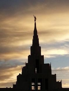 Browse a photograph gallery of beautiful images captured of the Phoenix Arizona Temple of The Church of Jesus Christ of Latter-day Saints. Mormon Temples, Lds Temples, Spiritual Church, Angel Moroni, Plan Of Salvation, Temple Pictures, Lds Mormon, Lds Church, Light Of The World