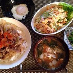 水を一切使わずに、日本酒と玉ねぎの水分だけで 牛丼作りました。 素材の味が濃くなりおいしかったです ^ ^ - 11件のもぐもぐ - 牛丼、トッピング温玉、マカロニサラダ、わかめと豆腐の味噌汁、きゅうり浅漬け by Ayumiazu