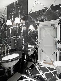 Żeby rozjaśnić łazienkę, jedną ze ścian wyłożono płytkami z fazowanych luster.