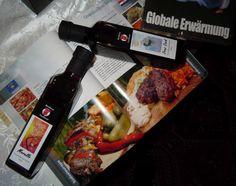 """Grillkochbuch: """"Globale Erwärmung"""" gibt's jeweils für 14,90€ auch bei uns.  Als Kombia*ngebot biete ich euch zwei unserer Fruchtdessertweine (250ml, 11,95€) nach freier Wahl sowie ein Kochbuch für insgesamt 29,90€ an.  #geschenkideen #weihnachtsgeschenke #grillen #grill #bbq #likör #alkohol #austria #vienna Dessert, Bbq, Weihnachten Diy, Chicken, Meat, Food, Hopscotch, Christmas Presents, Alcohol"""
