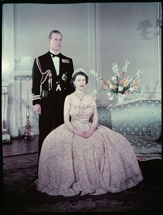 Queen Elizabeth the second seated in front of Prince Philip, Duke of Edinburgh / La reine Elizabeth II assise devant le prince Philip, duc d'Édimbourg Princesa Elizabeth, Princesa Margaret, Reine Victoria, Queen Victoria, Royal Queen, King Queen, Young Queen Elizabeth, Prinz Philip, English Royal Family