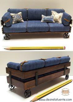 1:12 scale sofa.  MATERIALES: Madera de Haya - Tejido Jeans - Metal - Piel.  MEDIDAS: 18,5 x 6,5 x 7,3 cm.