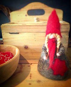 Gnoma in rosso. Scultura morbida in lana. di FatediLana su Etsy