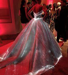 Přenádherné svítící šaty očarovaly miliony fanoušků! - Evropa 2