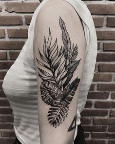 Nature tattoo for men bicep ideas Weird Tattoos, Unique Tattoos, Leg Tattoos, Body Art Tattoos, Sleeve Tattoos, Tattoos For Guys, Tatoos, Tropisches Tattoo, Tattoo Now