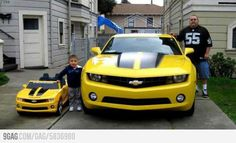 Now this is what we're talking about 😃 quality family time spent enjoying cars 😎🚗  Silly Pictures, Best Funny Pictures, Power Wheels, Hot Wheels, Transformers, Enjoy Car, Monster Trucks, Truck Flatbeds, Toy Cars For Kids