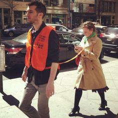 New York . Su alcuni social network circolano scatti dalla Grande Mela che ritraggono alcuni ragazzi, con una pettorina simile a quella indossata dai cani guida per non vedenti, che accompagnano passanti troppo presi dal display del proprio smartphone. Si tratta probabilmente