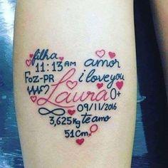 Tattoo Emotivo Con La Mano En El Pie Del Bebé Nombre De La Hija En