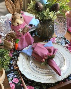 Apaixonada pela minha Páscoa florida e com os jogos da @mesadaclau. - #flores #homeidea #pontodecor #mesaposta #inspiration #arranjo…