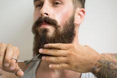 """Os cuidados para cultivar e manter a barba da moda Como você pode ser adepto do """"faça-você-mesmo"""" e prefere dar o trato na sua barba em casa, o barbeiro Anderson Santos, da Barbearia Dr. JONES, ensina o passo-a-passo para lavar, aparar e estilizar a pelagem."""