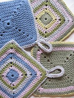 YlloTyll Garnblogg: Snabbvirkade och roliga grytlappar Crochet Potholder Patterns, Crochet Dishcloths, Crochet Squares, Crochet Motif, Crochet Doilies, Crochet Kitchen, Crochet Home, Diy Crochet, Crochet Crafts
