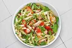 Een romige pastasalade met zalm en groente! - Recept - Allerhande