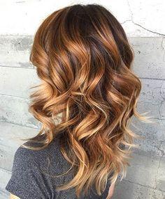 Chica con el cabello en color café con mechas rubias