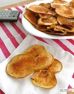 Recipe for the 2014 World Cup - Apple chips recipe, a sweet snack for the 2014 World Cup. With step-by-step photos, tips and tastin - Vegan Snacks, Healthy Snacks, Vegan Recipes, Cooking Recipes, Tapas, Cinnamon Apple Chips, Cinnamon Recipe, Good Food, Yummy Food