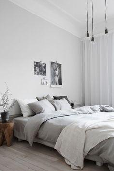 Schlichtes Schlafzimmer mit grauer Bettwäsche