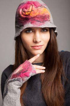 Fabulous hat with flower gray and fuchsia merino wool by Veuna