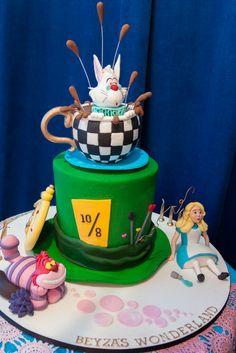Cake at a Alice in Wonderland Party #aliceinwonderland #partycake
