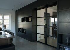 In een ruime woning in Den Haag hebben we acht taatsdeuren met vier vlakken mogen plaatsen. Het mooie aan dit project is dat de meeste deuren een taatsmechanisme (type BTS 75) hebben.