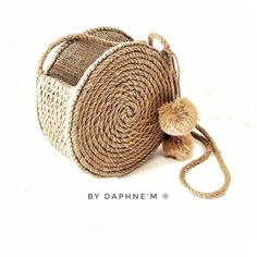 🆕 You will love our DAPHNE & # M ® Straw round bag. Rope mat means you writing, sea, sand, sun, comfort and naturalness de Diy Bags Purses, Diy Purse, Winter Fashion Boots, Round Bag, Macrame Bag, Jute Bags, Basket Bag, Crochet Shoes, Kids Bags