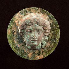 Copertura in bronzo di specchio etrusco con viso di Turan. ca.300 a.C.