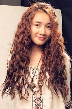Thứ hai, 13/2/2017 00:06 GMT+7 Nhã Phương, Angela Phương Trinh và Trương Quỳnh Anh nhanh chóng cập nhật hot trend tóc xoăn xù mì như các 'bà thím'.            Trung thành với style tóc thẳng bấy lâu, mới đây, Nhã Phương đã khiến khán giả bất ngờ khi đổi...  http://cogiao.us/2017/02/12/sao-viet-tich-cuc-lang-xe-mot-toc-xoan-ba-thim/