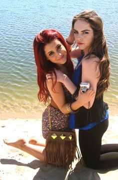 ariana grande and elizabeth gillies. And yes their from victorious. Ariana Grande Fotos, Ariana Grande Feet, Elizabeth Gillies, Victorious Nickelodeon, Liz Gilles, Victorious Cast, Cat From Victorious, Cat Valentine Victorious, Celebs Go Dating