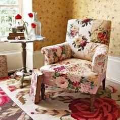 Fauteuil recouvert de tissus fleuris assemblés en patchwork