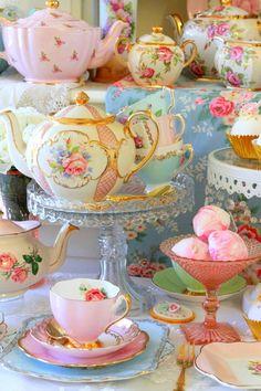 Vintage Tea Sets Pedestal Cake Stands for a pretty high tea party. Vintage High Tea, Vintage China, Vintage Dishes, Tea Pot Set, Tea Sets, Teapots And Cups, Teacups, Tea Party Birthday, China Tea Cups