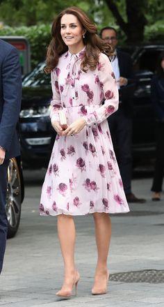 Kate Middleton é puro romance de vestido com laço no pescoço. Veja!