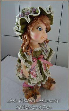 Linda boneca, SUCESSO de vendas, pra decorar sua festa com tema de bonecas ou o quarto de sua princesinha.  Produzimos a roupinha na cor de sua preferência.  Faça já sua encomenda. R$ 130,00