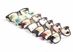 「ウェリントン」型のメガネ特集ページ。ファッション性が高いだけでなく、日本人の顔型によく合うので、メガネ初心者さんにもおすすめ! ラフなおしゃれ感を添えてくれるウェリントンタイプメガネ。 ビンテージ感漂う、かっこいいウェリントンを探しているのなら、ぜひbuy-glasses.jpへ。
