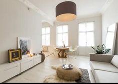 Schönes, exklusives Wohnzimmer mit weißen Möbeln und Ledersofa. #wggesuchtde #wggesucht #wohnzimmer #schick #exklusiv #ideen #inspiration #sofa #schrank #weiß #modern #esstisch Oversized Mirror, Modern, Furniture, Inspiration, Home Decor, Dinner Table, Closet, Living Room, Nice Asses