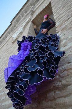 Os dejamos un adelanto de la sesión que hicimos para la tienda de flamenco Lorquianas. Un gustazo trabajar con ellas. Originalidad es estado puro.  Dentro de poco podréis ver las fotos de sus productos en su página web y en nuestro blog http://indigoweekend.blogspot.com.es/   En esta foto una bata de cola en colores negro y morado. Preciosa.