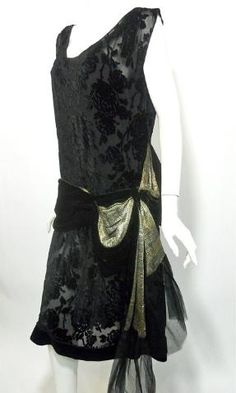 Black burnout velvet dress lined in black silk with velvet swagged hip sash lined in a heavy woven gold metallic textile. Loose bow at side trimmed in tulle at ends. No label, no flaws. Vintage 20s Dresses, Vintage Outfits, 1920s Dress, Retro Dress, Flapper Dresses, Lace Dresses, 1920 Style, Flapper Style, 1920s Flapper
