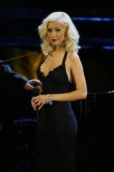Top 40 Most Beautiful Hair Looks of Christina Aguilera – Celebrities Female Medium Curls, Short Curls, Medium Hair Cuts, Wavy Haircuts, Retro Hairstyles, Down Hairstyles, Beautiful Christina, Blonde Hair Looks, Long Braids