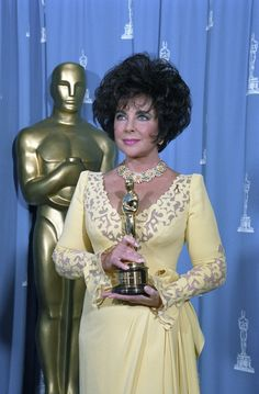 Elizabeth Taylor received the Jean Herscholt Humanitarian Academy Award in 1993 for her work fighting AIDS. Old Hollywood Stars, Golden Age Of Hollywood, Hollywood Icons, Elizabeth Taylor Schmuck, Oscar Gowns, Oscar Fashion, Famous Women, Famous People, Great Women