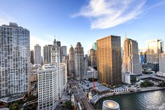 Top Chicago Rooftops - Where to find panoramic views of downtown for free - My Ticklefeet London House Chicago, Visit Chicago, Rooftop Chicago, Chicago River, Chicago Attractions, Chicago Vacation, Buckingham Fountain, Chicago Skyline, Aerial View