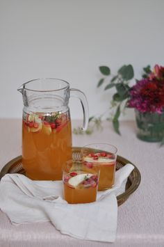 Apple Cider Meets Sangria In This Perfect Holiday Cocktail Holiday Drinks, Holiday Cocktails, Fun Drinks, Yummy Drinks, Holiday Recipes, Beverages, Apple Cider Sangria, Cranberry Juice, Smoothies