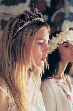 Love the tiara and ruffled hair. Look Gatsby, Petra Collins, Invisible Crown, Prom Queens, Tiaras And Crowns, Mode Outfits, Beauty Queens, Headdress, Kate Middleton