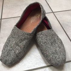 Toms Silver Karsen Classics Silver fleck speckled throughout the tweed upper. Corduroy lining. Some wear on right heel. Good condition TOMS Shoes